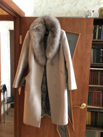Продаётся бежевое женское зимнее пальто - 1
